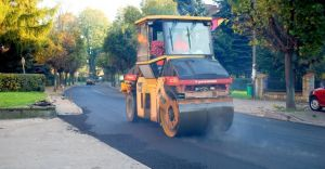 Nowy asfalt na ulicy Ko���taja