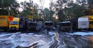 [ZDJĘCIA] Pożar 5 ciężarówek na parkingu firmy kurierskiej
