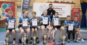 Zawodnicy MKS z Pucharem Prezesa Polskiego Związku Tenisa Stołowego