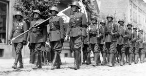 [Historyczne zdjęcia] Wojskowa defilada na ulicy Kolejowej