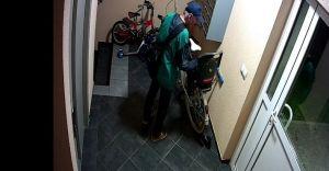 [ZDJĘCIA] Ktoś poznaje tego mężczyznę? Ukradł rower z bloku
