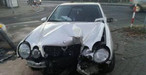 [ZDJĘCIA] Kierowca mercedesa uderzył w sygnalizator świetlny