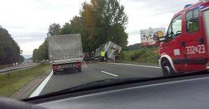 """Tir wpadł do rowu na DK1. Utrudnienia na """"jedynce"""" - zdjęcia"""