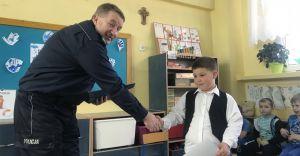 [ZDJĘCIA] Komendant nagrodził chłopca, który uratował 3-latka