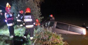Samochód wpadł do stawu w Bestwinie. Kierowca opuścił pojazd