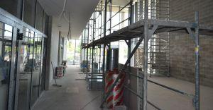 [ZDJĘCIA] Prace wykończeniowe w nowym budynku biblioteki