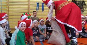 [ZDJĘCIA] Do Szkoły Podstawowej nr 10 Mikołaj przyjechał... na rolkach