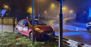 [ZDJĘCIA] Nietrzeźwy kierowca na rondzie wypadł z drogi